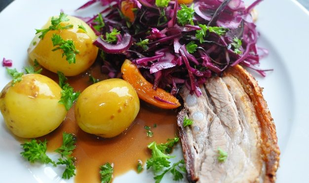 Fællesspisning Traditionel dansk mad og dansk musik