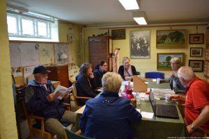 Snak omkring bordet i Lokal Arkivet
