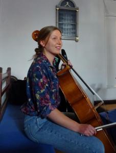 Cellisten Monica Tønning medvirker.